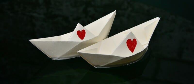 Veninde med mor - billede af to papirbåde